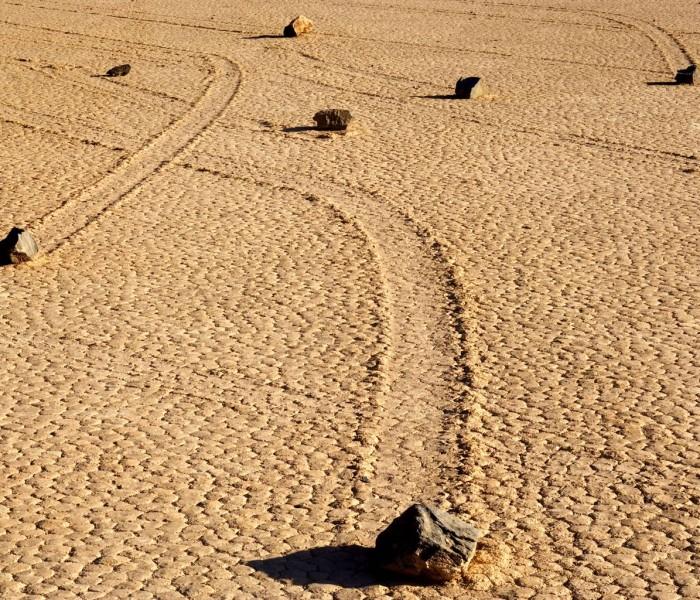 Death Valley, le sue rocce semoventi ed un inusuale aurora boreale rosa