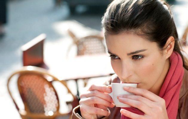 Ragazza beve caffe dimensione medica - Ipertrofia dei turbinati puo portare acufene ...