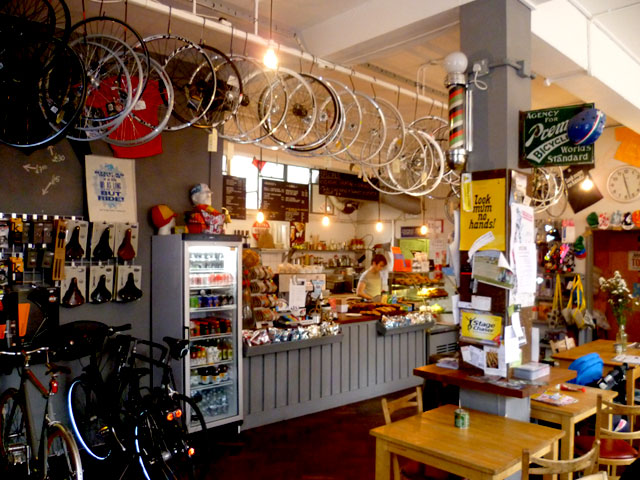 Hug, il bike cafè dove si mangia, si beve e si ripara la bici